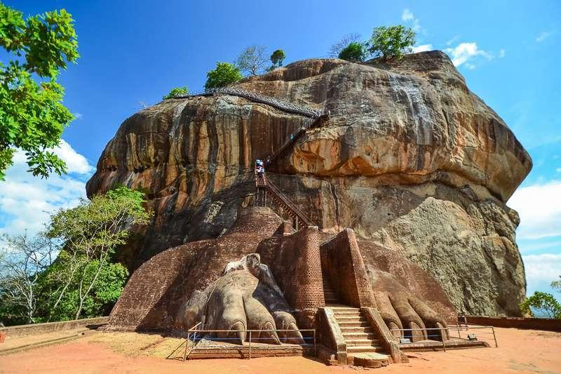 """Die Felsenfestung von Sigiriya - """"Löwenfelsen"""" - befindet sich im Zentrum von Sri Lanka auf einem gewaltigen Felshügel aus erstarrter Lava"""