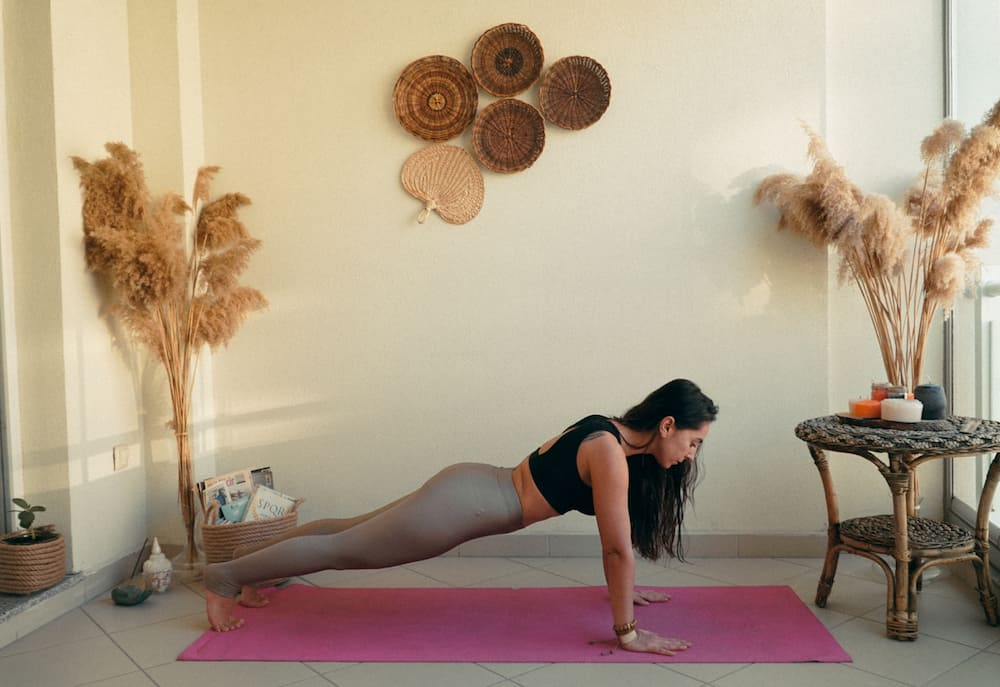 yoga hareketleri Tahta pozu Kumbhakasana