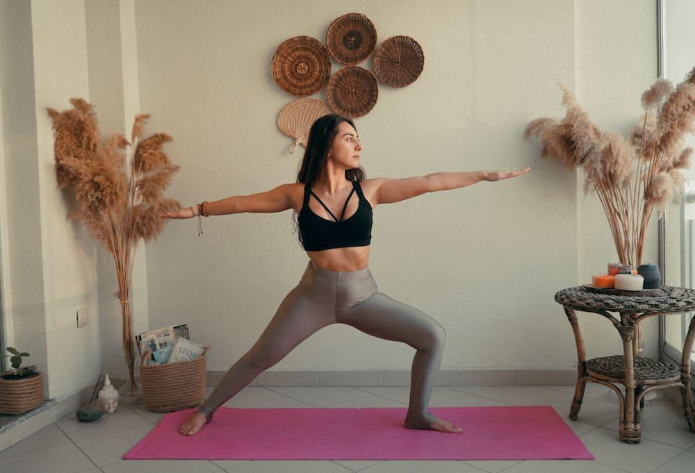 yoga hareketleri savasci pozu 2