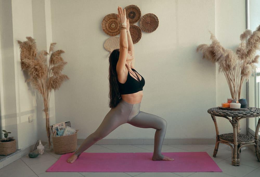 yoga hareketleri savasci pozu